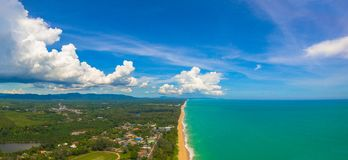 Luchtmenings grote golven van Andaman-overzeese klap op lang strand in Tay Muang in de provincie van Phang Nga Stock Foto's