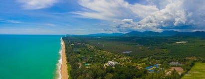 Luchtmenings grote golven van Andaman-overzeese klap op lang strand in Tay Muang in de provincie van Phang Nga Stock Foto