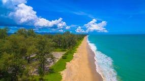 Luchtmenings grote golven van Andaman-overzeese klap op lang strand in Tay Muang in de provincie van Phang Nga Royalty-vrije Stock Foto