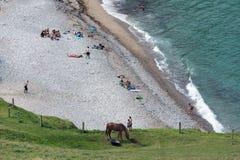 Luchtmenings klein strand met kustbezoekers in Normandië, Frankrijk Royalty-vrije Stock Fotografie