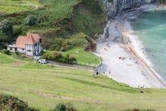 Luchtmenings klein strand tussen klippen bij de kust van Normandië, Frankrijk Stock Afbeelding