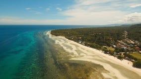 Luchtmenings mooi strand op een tropisch eiland Filippijnen, Anda-gebied royalty-vrije stock fotografie
