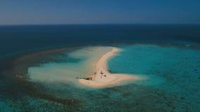 Luchtmenings mooi strand op tropisch eiland Camiguineiland Filippijnen stock videobeelden