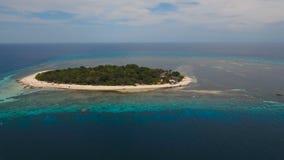 Luchtmenings mooi strand op tropisch eiland Mantigueeiland Filippijnen stock footage