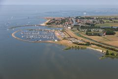 Luchtmenings Nederlands dorp Stavoren bij meer IJsselmeer met jachthaven royalty-vrije stock fotografie