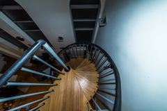Luchtmenings spiraalvormige houten stappen die onderaan binnen gaan Royalty-vrije Stock Foto's