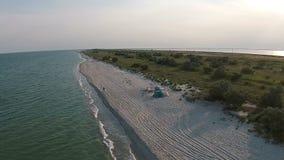 Luchtmenings zandig strand van het overzees bij de avond stock footage