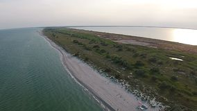 Luchtmenings zandig strand van het overzees bij de avond stock videobeelden