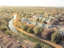 Luchtmeningsflatgebouw dichtbij kanaal in Irving, Texas, de V.S. stock fotografie
