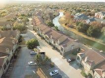 Luchtmeningsflatgebouw dichtbij kanaal in Irving, Texas, de V.S. stock foto
