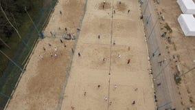 Luchtmeningsmensen die zandvolleyball, voetbal, badminton en basketbal spelen stock footage