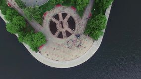 Luchtmeningsvijver in park bij de zomer zonnige dag voorraad Hoogste mening van het stadspark op de vijver stock videobeelden