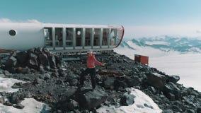 Luchtmeningsvrouw die op rotsen bij sneeuwbergen mooi landschap dansen stock video