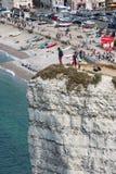 Luchtmeningswaaghals die zich bij hoge klip in Normandië, Frankrijk bevinden Royalty-vrije Stock Afbeeldingen