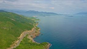 Luchtmeningsweg onder Heuvels en Oceaan tegen Bergen stock video