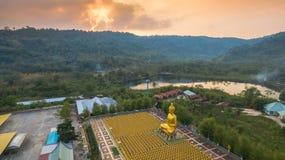 luchtmeningszonsondergang bij de gouden standbeelden van Boedha Stock Afbeeldingen