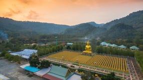 luchtmeningszonsondergang bij de gouden standbeelden van Boedha Royalty-vrije Stock Foto's