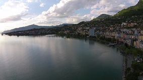 Luchtmeningszonsondergang over Meer Genève in Montreux stock videobeelden