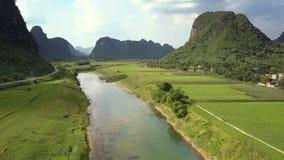 Luchtmotie boven rivier overganggebieden onder bergen stock videobeelden