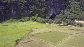 Luchtmotie over gebieden dichtbij rivier om berg binnen uit te hollen stock footage