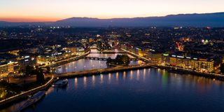 Luchtnachtmening van de horizon van de de stadswaterkant van Genève in Switzerl royalty-vrije stock afbeeldingen