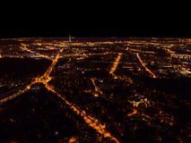 Luchtnachtmening van een grote stad Mooi cityscape panorama bij nacht Luchtmening van gebouwen wegen met auto in de stad bij royalty-vrije stock foto