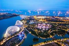 Luchtnachtmening van het Supertree-Bosje bij Tuinen dichtbij Marina Bay Stock Foto