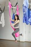 Luchtoefening of antigravity yoga binnen, meditatie in sportgymnastiek Royalty-vrije Stock Afbeeldingen