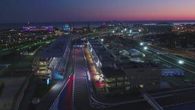 Luchtolimpic VILAGE, SOTCHI, RUSLAND Het Olympische dorp in Sotchi bij nacht Verbazend perspectief van fantastische Bogatyr stock videobeelden