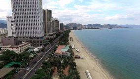 Luchtonderzoek over de kust van Nha Trang stock footage