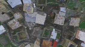 Luchtonderzoek over het dorp van Ushguli Boven de daken van huizen en watchtowers, Georgië, Svaneti stock videobeelden