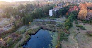 Luchtonderzoek van de Primorsky-vijver in Nieuw Athos Abkhazia stock footage