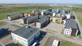 Luchtonderzoeksgrondgebied van moderne fabriek met heel wat mooie gebouwen De video van Quadrocoptersspruiten, die over vliegen stock videobeelden