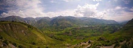 Luchtpanorama aan Colca-canion en Madrigaalstad vanuit het Madrigaalgezichtspunt, Chivay, Arequipa, Peru stock fotografie