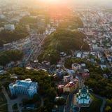 Luchtpanorama aan de Andreevsky-Afdaling bij zonsondergang met de St Andrew ` s Kerk en de smaragdgroene heuvels royalty-vrije stock foto