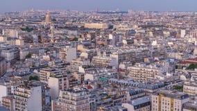 Luchtpanorama boven huizendaken in een dag van Parijs aan nacht timelapse stock videobeelden