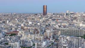 Luchtpanorama boven huizendaken in een dag van Parijs aan nacht timelapse stock video