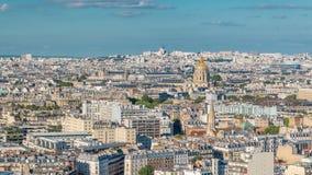Luchtpanorama boven huizendaken in Parijs timelapse stock video