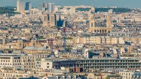 Luchtpanorama boven huizendaken in Parijs timelapse stock footage