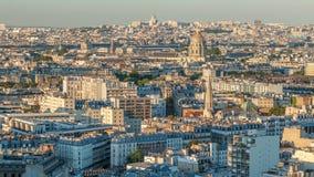Luchtpanorama boven huizendaken in Parijs timelapse stock videobeelden