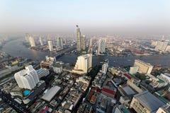 Luchtpanorama van Bangkok in de ochtend met Taksin-Brug over Chao Phraya River en wolkenkrabbers langs de rivieroever stock foto's
