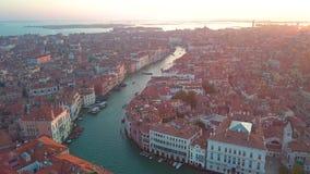Luchtpanorama van cityscape van Venetië, Grand Canal in beroemde historische 'Stad van Water ', duidelijke blauwe hemel stock videobeelden