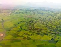 Luchtpanorama van de bergen en de vallei van Semien met gebieden van teff rond Lalibela, Ethiopië stock afbeeldingen