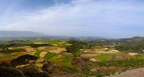 Luchtpanorama van de bergen en de vallei van Semien met gebieden van teff rond Lalibela, Ethiopië stock fotografie