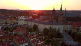 Luchtpanorama van de Kerk van Onze Dame in Praag stock video