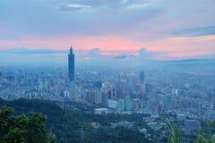 Luchtpanorama van de overbevolkte Stad van Taipeh bij schemer Royalty-vrije Stock Foto