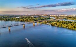 Luchtpanorama van Dnieper met de Petrovsky-Spoorwegbrug in Kiev, de Oekraïne Stock Foto's