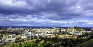 Luchtpanorama van Edinburgh vlak vóór onweer - een mening van het Kasteel van Edinburgh royalty-vrije stock afbeeldingen