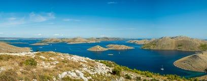 Luchtpanorama van eilanden in Kroatië met vele varende jachten tussen, nationaal het parklandschap van Kornati in het Middellands Royalty-vrije Stock Foto's