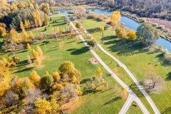 Luchtpanorama van herfststadspark royalty-vrije stock afbeeldingen